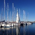 Marina an der Ostsee - Segelyachten z,T. mit gesetztem Segel