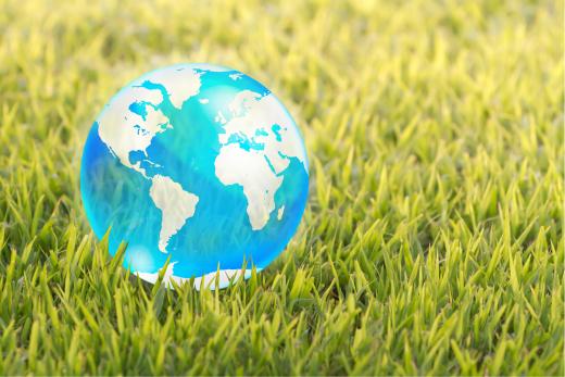 phantasiereise-fantasiereise - leuchtende Weltkugel liegt auf dem Rasen