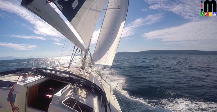 Segeln in den Kornaten 2017 - die Segelyacht hat den Wind von Backbord und ist voll unter Segel