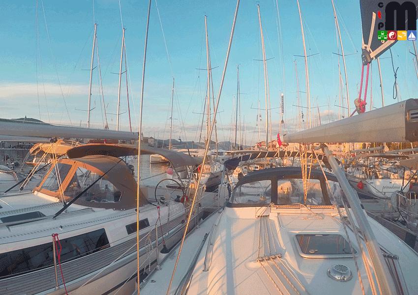 Segelyachten liegen in der Marina und schimmern im Licht des Sonnenuntergang
