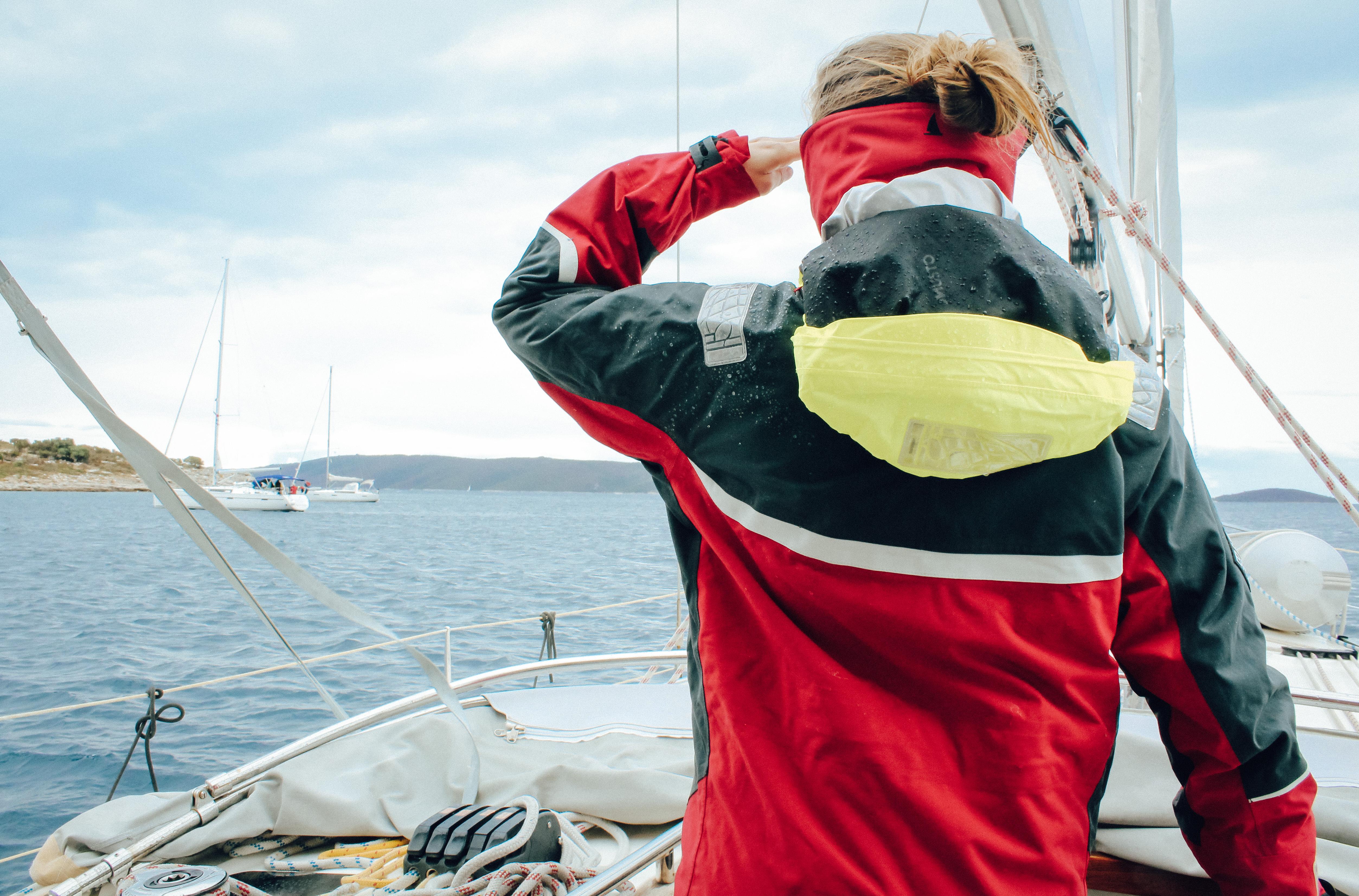 Crewmitglie bobachtet den Schiffsverkehr