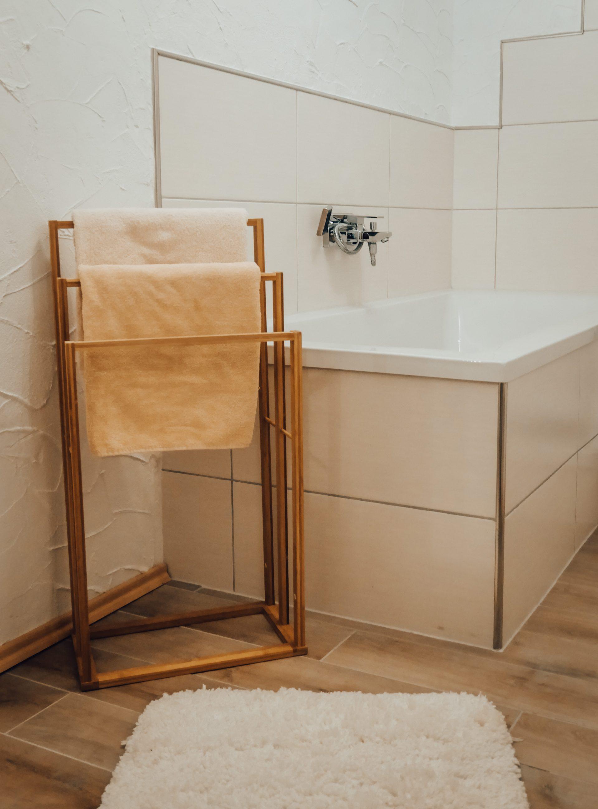 Zimmer in Lindlar » Bellevue im Bergischen Land » Badewanne und Handtuchständer
