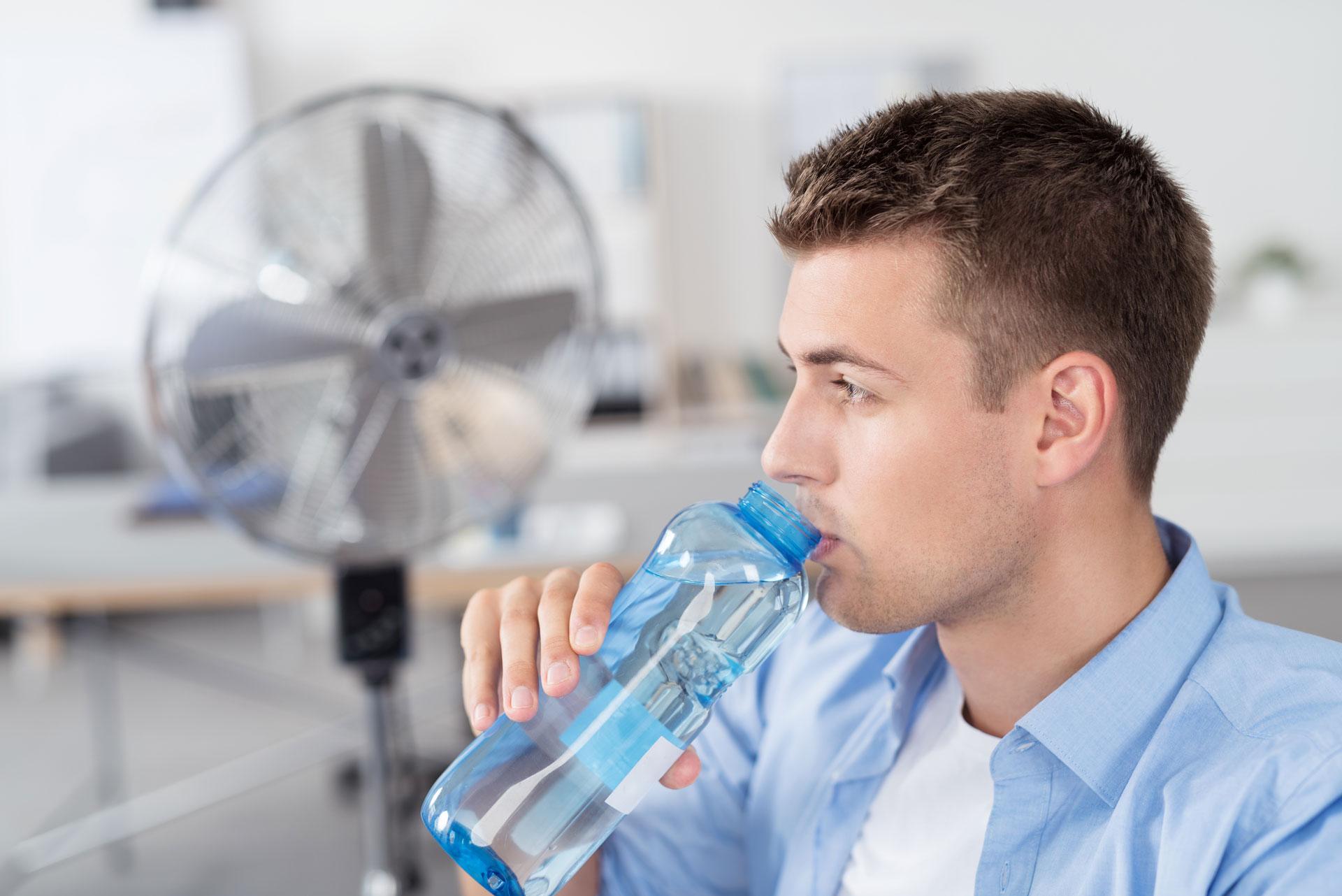 agile BGF » betriebliche Gesundheitsförderung » ein Herr trinkt Wasser