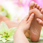 Massage an den Reflexzonen des Fusses
