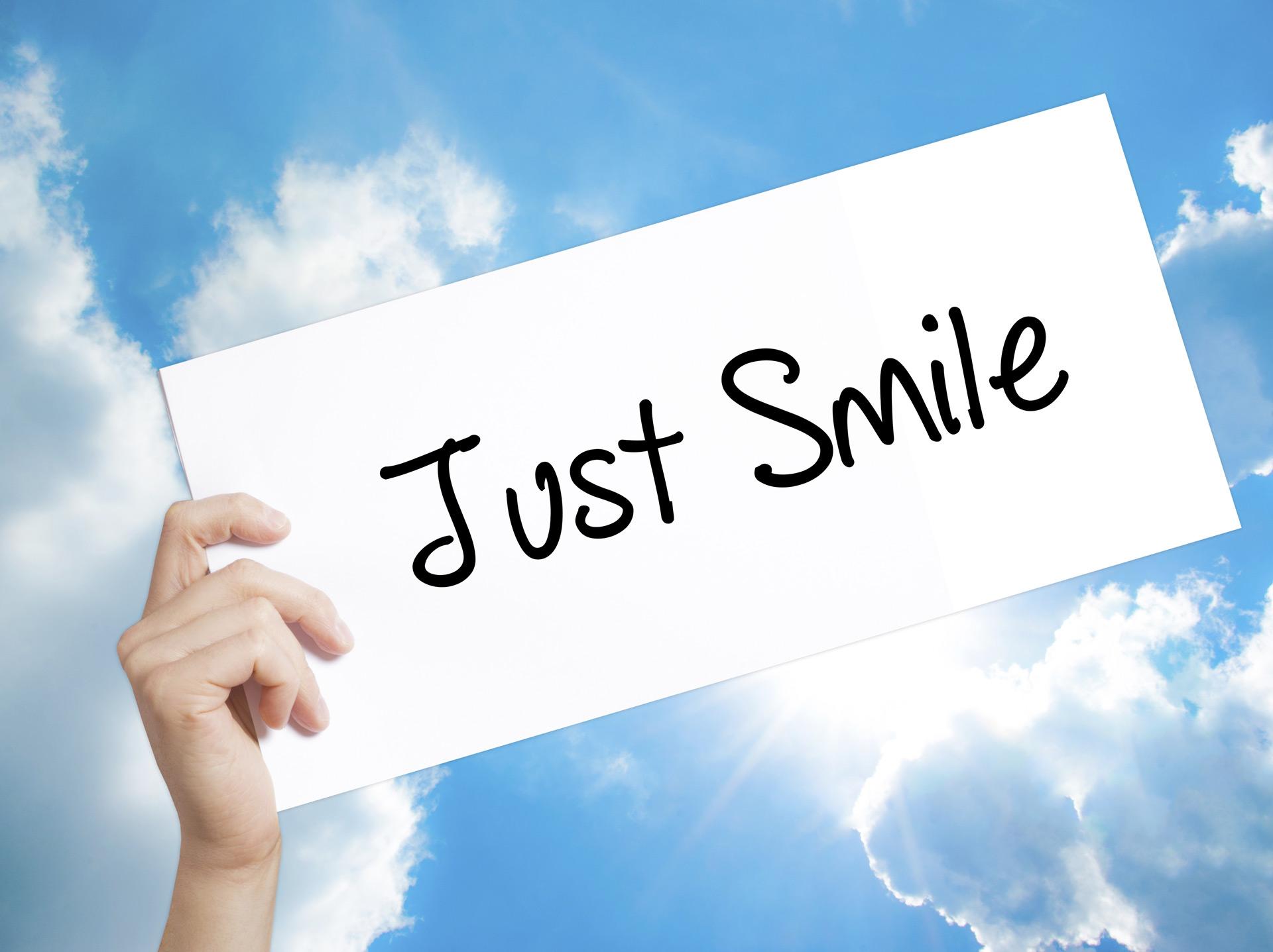 agile BGF » betriebliche Gesundheitsförderung » Just Smile als Text und im Hintergrund leicht bewölkter Himmel