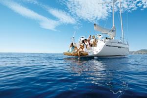 Eventbesucher und Seminarteilnehmer nutzen die Badeolattform der Bavaria Segelyacht zum Entspannen