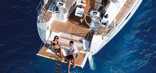 mehrtägiges Segeln - Sonnenbaden und Relaxen auf der Badeplattform