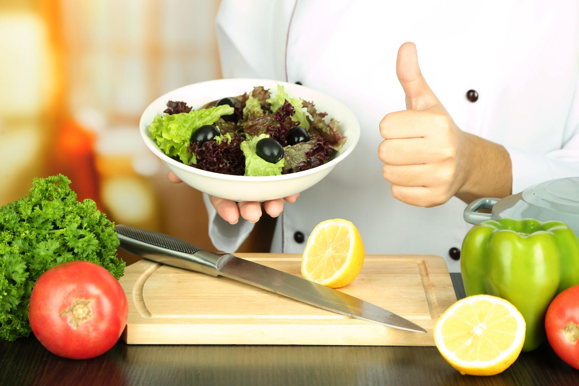 agile BGF » betriebliche Gesundheitsförderung » ein Koch bereitet frischen Salat zu