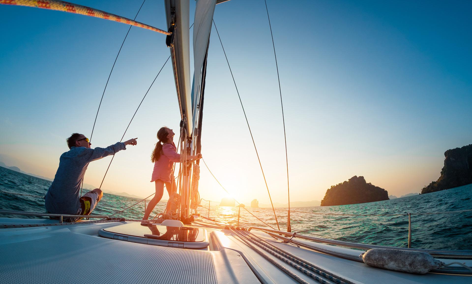Sonnenuntergang segeln an Bord einer Bavaria Cruiser Segelyacht