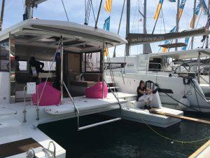 croatia boat show - Katamaran mit Sessel auf dem Achterdeck
