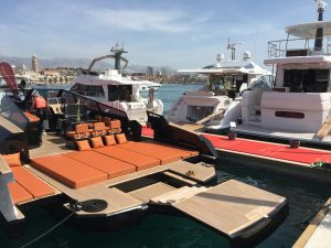 croatia boat show - Motorboot, das seine Heck in eine Badeinsel umgewandelt hat