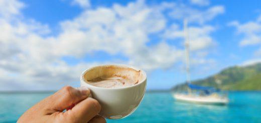 Segeln und Brunchen - Kaffee geniesen an Bord einer Segelyacht auf der Ostsee