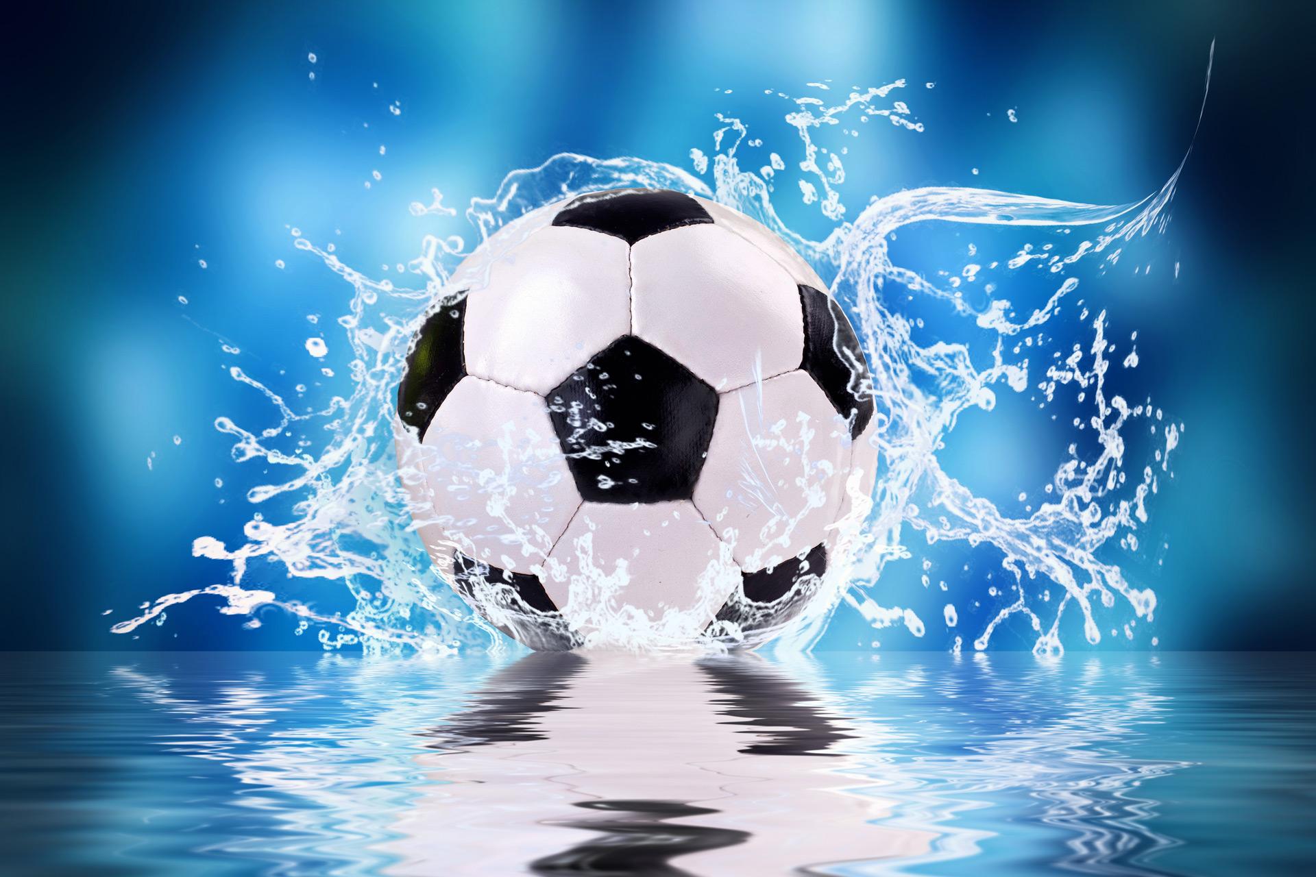 Fussball rollt durch Wasser