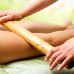 Massage mit warmen Bambusstäben