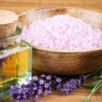 Massage mit Salz und Öl gemischt als Peeling