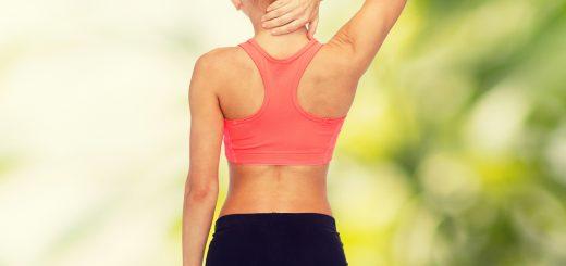 Rücken Fit - Frau führt gezielte Übungen durch als Vorbeugung gegen Rückenschmerzen