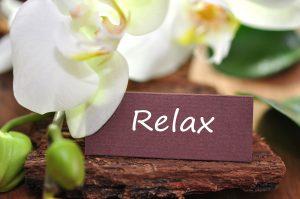 gesundheitsreise anti stress - lotusblüte mit schild - Aufschrift RELAX