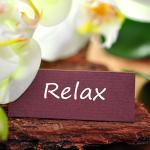 gesundheitsreise anti stress - lotusblüte mit schild - Aufschrift RELA