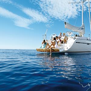 onboat.events - Events und Seminare an Bord einer Yacht / Eventbesucher und Seminarteilnehmer nutzen die Badeolattform der Bavaria Segelyacht zum Entspannen