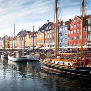 Dänemark - Schiffe am Kanal mit historischen Häusern als Kulisse
