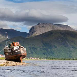 Schiffswrack in den schottischen Highlands mit Blick auf Ben Nevis